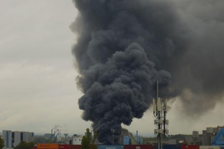 Bis weithin war die schwarze Rauchwolke zu sehen.