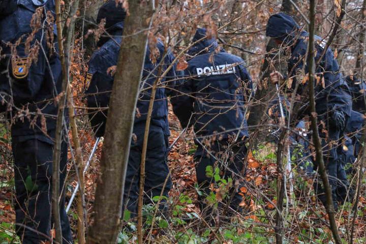 Im Unterholz hatten zwei Spaziergänger eine Woche zuvor ein menschliches Skelett gefunden.
