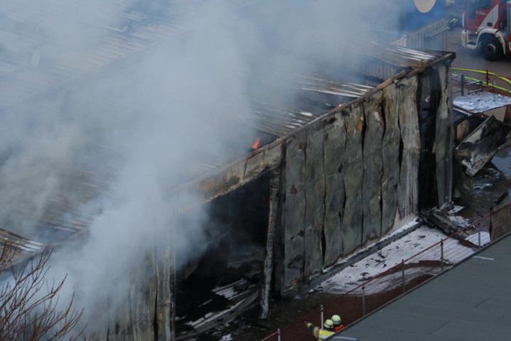 Die Lagerhalle ist durch das Feuer stark beschädigt worden.