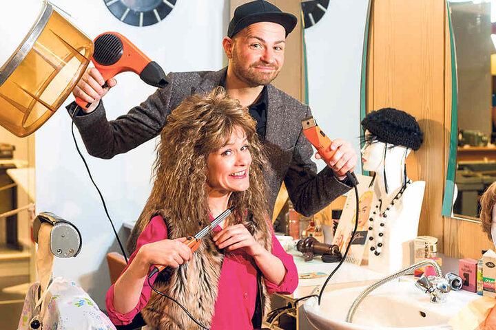Comödien-Intendant Christian Kühn (34) macht Kathi Damerow (45) im DDR-Museum die Haare schön.
