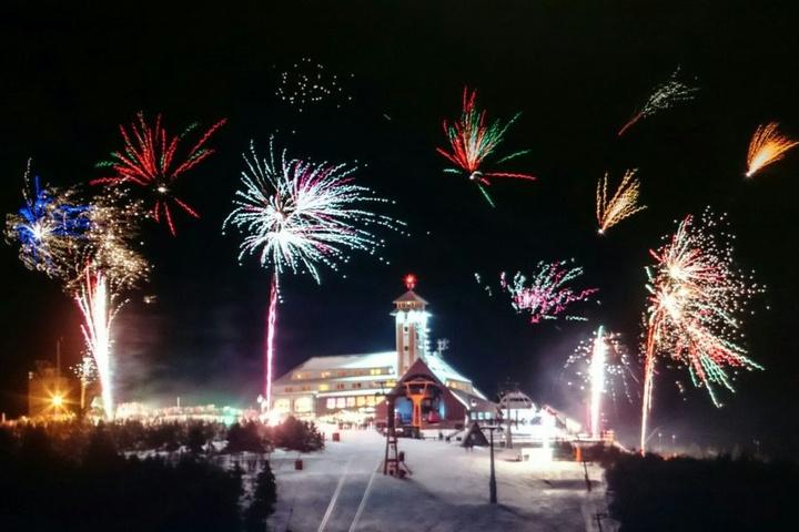 Das Silvesterfeuerwerk über dem Fichtelberg, vom Fuss des Keilbergs aus gesehen.