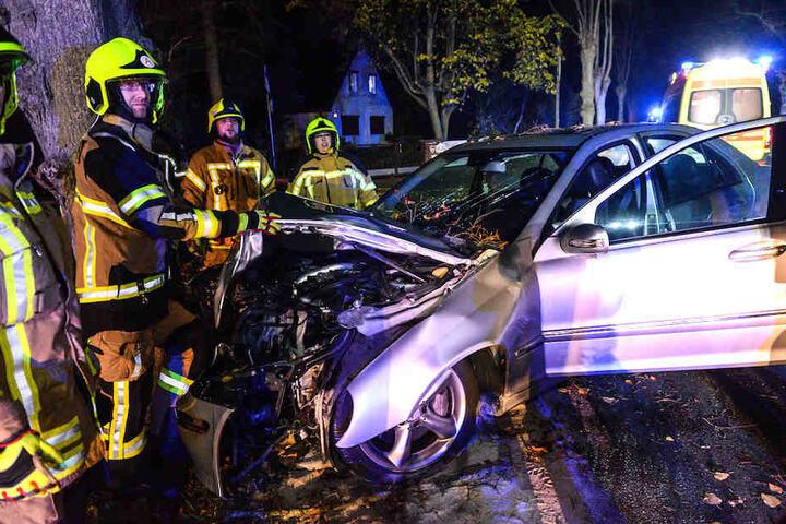 Die komplette Frontpartie der Mercedes-Benz E-Klasse wurde völlig zerstört.