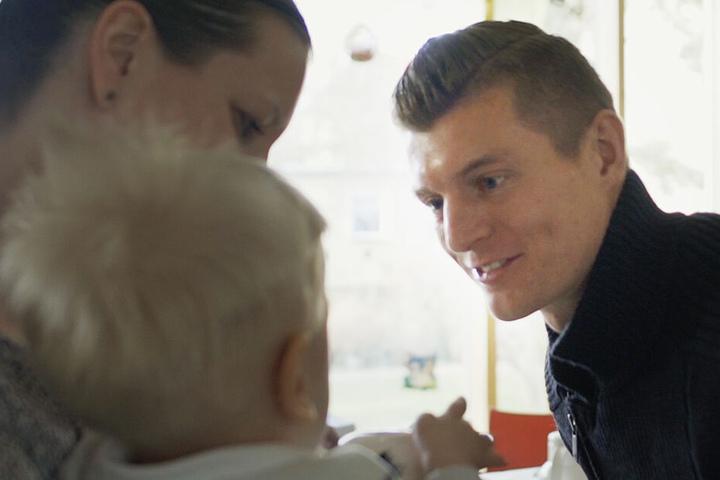 Toni Kroos ganz nahbar beim Besuch im Kinderkrankenhaus.