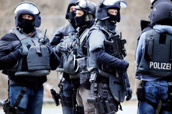 In Hamburg rückte im vergangenen Jahr das SEK an und fand zahlreiche Waffen bei einem Mann. (Symbolbild)