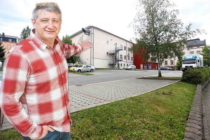 Stadthallen-Chef Wolfgang Dorn (55) wollte die Party auf den Parkplatz hinter der Stadthalle verlegen. Doch auch diese Location fällt aus. Die Lärmbelästigung für Anwohner sei zu groß.