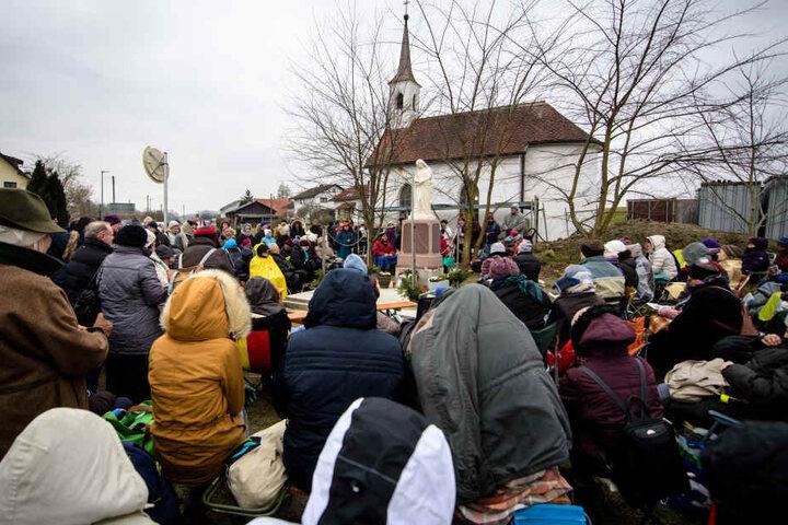 Menschen warten auf eine angebliche Erscheinung der Heiligen Maria vor der St.-Laurentius-Kapelle.