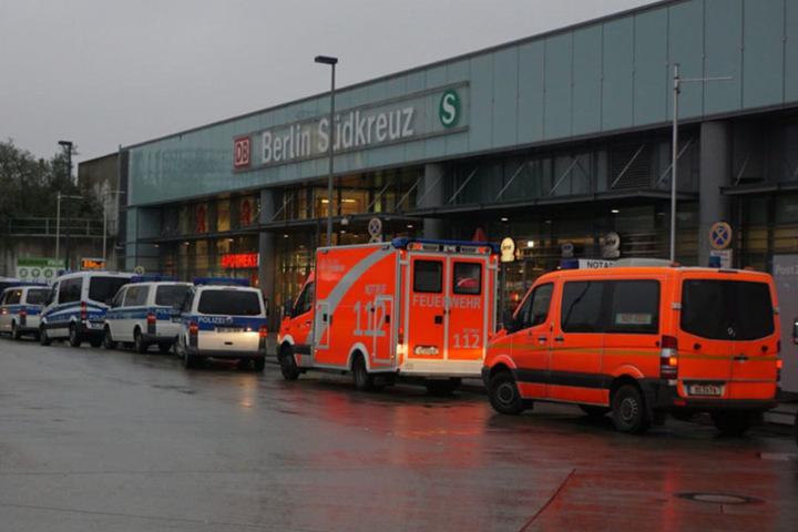 Mehrere Einsatzkräfte der Polizei und der Feuerwehr sind vor Ort.