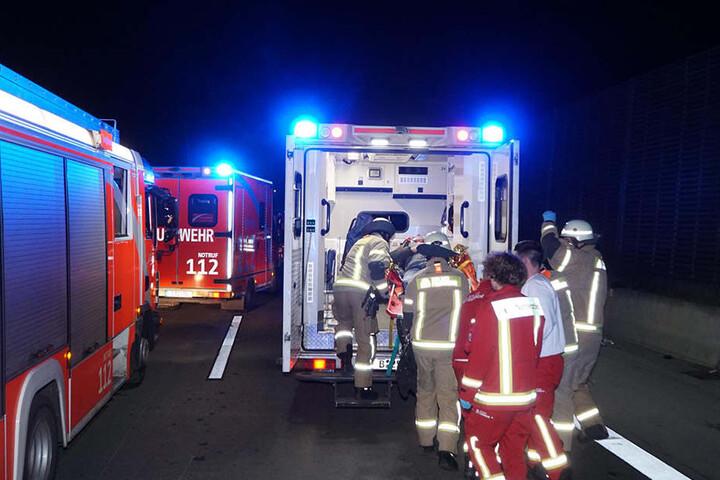 Beide Unfallopfer mussten von Rettungskräften behandelt werden.