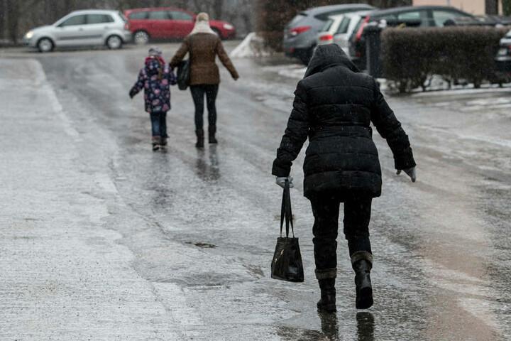 Achtung, rutschig! Am Mittwoch- und Donnerstagmorgen ist in Teilen Sachsens mit Glatteis zu rechnen.