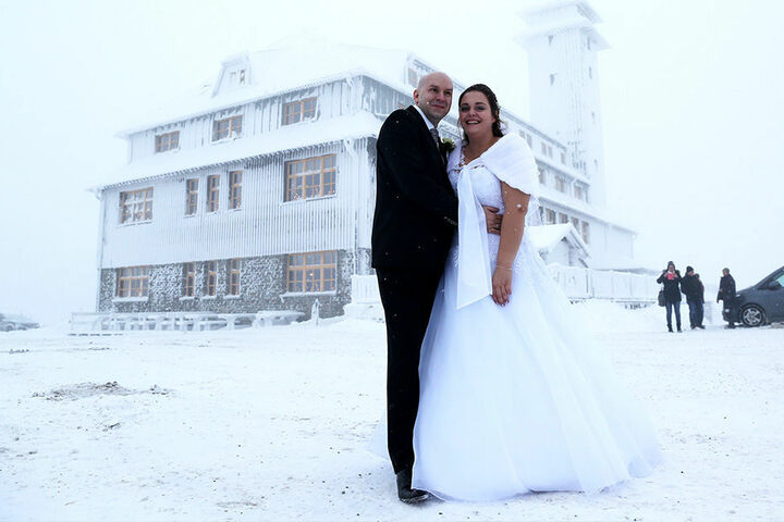 Mutige Ja-Sager: Bei eisigen minus 7 Grad und Nebel ließ sich dieses Brautpaar auf dem Fichtelberg ablichten.