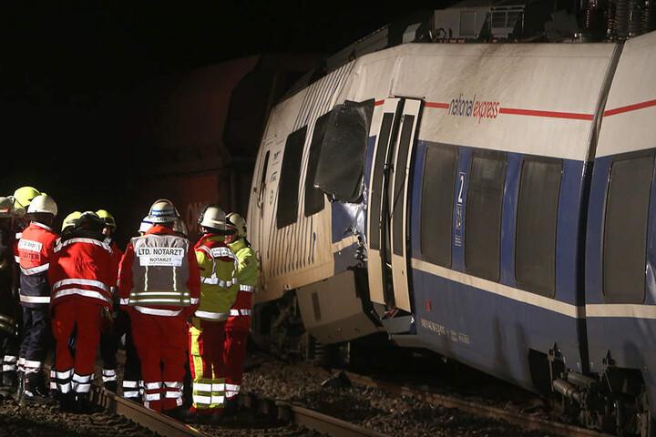 Der verunglückte Personenzug steht in Meerbusch Osterath auf dem Gleis.