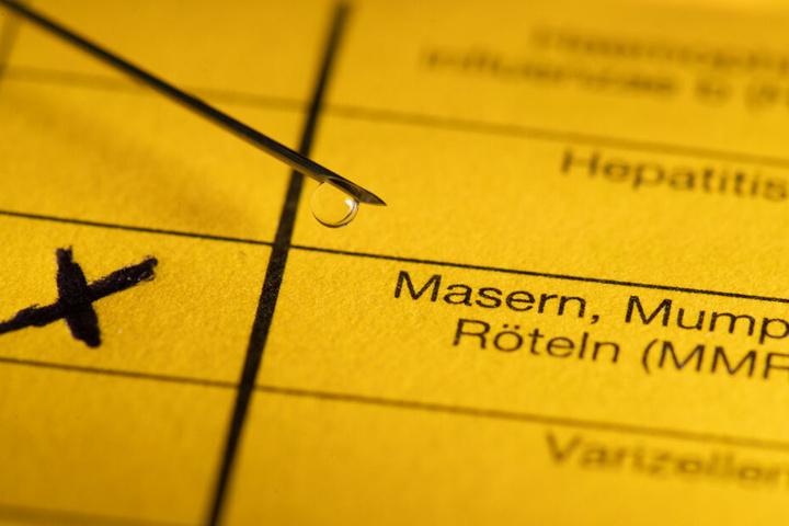 Auf einem Impfpass wird die Impfung Masern eingetragen. (Symbolbild)