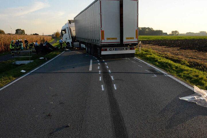 Der Lkw rutschte über die Fahrbahn hinweg.