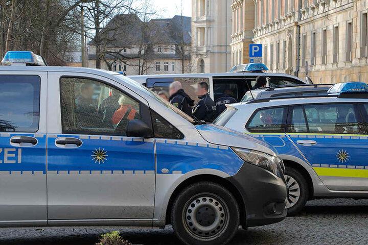 Ein Mann hat am Montagmorgen am Chemnitzer Landgericht versucht, einen Sicherheitsmitarbeiter mit einem Messer anzugreifen.