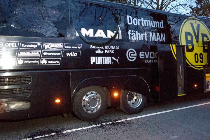 Der demolierte BVB-Mannschaftsbus nach dem Anschlag.