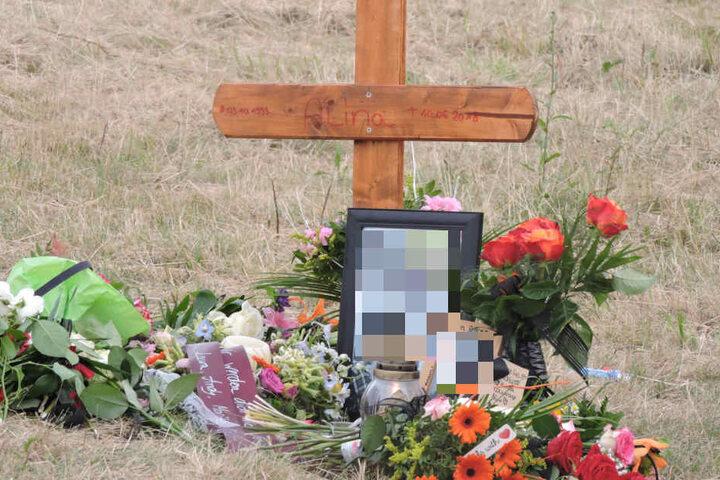 An der Unglücksstelle haben Familie und Freunde der Schülerin Blumen niedergelegt.