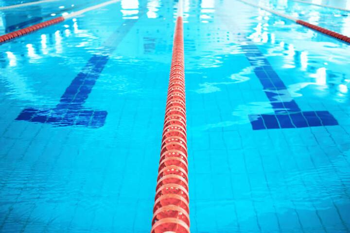 Der Angeklagte soll auch Unterwasseraufnahmen von unbekleideten Kindern gemacht haben. (Symbolbild)