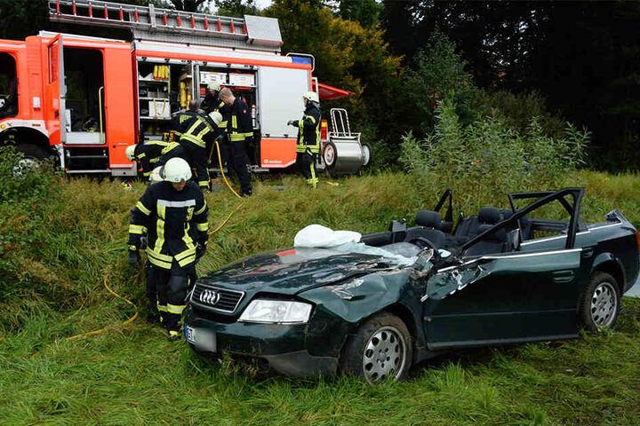 Die Feuerwehr musste das Dach des Audi abschneiden.