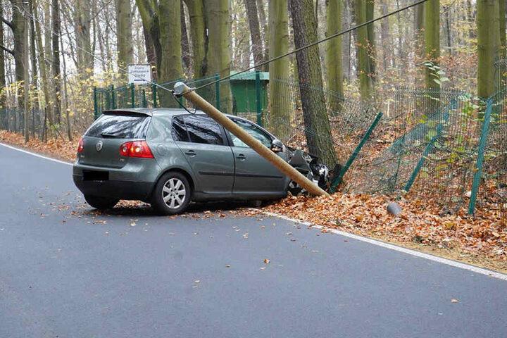 Beim Unfall wurde zudem ein Telefonmast beschädigt.