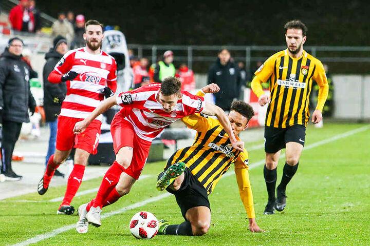 Christian Bickel (l., im Zweikampf mit Raphael Jamil Dem), lieferte beim 3:0 gegen die SG Sonnenhof Großaspach ein starke Partie ab und wird am Samstag in Münster wohl wieder in der Zwickauer Startelf stehen.