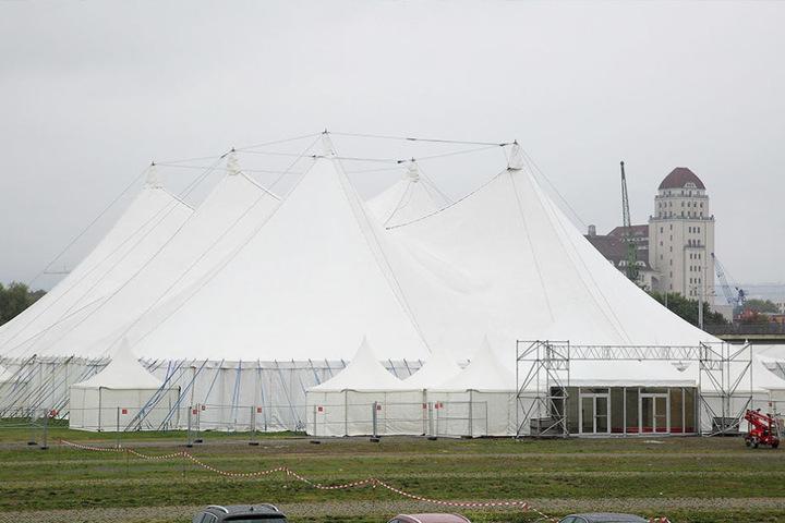 In der Flutrinne wächst das Pichmännel-Festzelt in die Höhe. Donnerstag startet die diesjährige Dresdner Wiesn.
