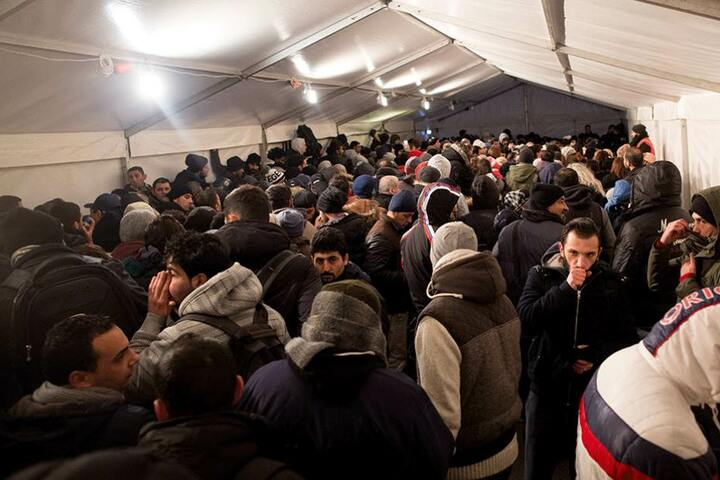 Berlin erarbeitet Konzepte, um bei einem neuerlichen Massenandrang die Flüchtlinge schnell in Notunterkünften unterbringen zu können.