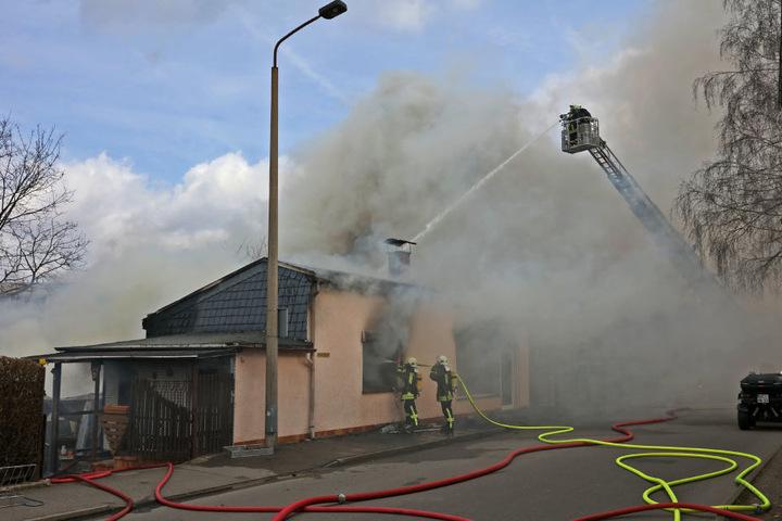 Die große Rauchwolke über dem Haus war weithin sichtbar.