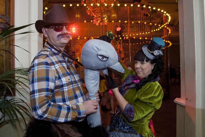 """Thomas (29, Verkäufer) als """"Der den Strauß reitet"""" und Jana (29, Verkäuferin) als Hutmacherin beim Fasching im Parkhotel Dresden. """"Wir sind keine wirklichen Faschings-Freaks, wollen uns mal inkognito amüsieren und tanzen."""""""