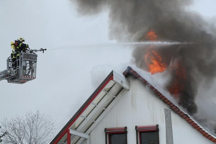 Die Feuerwehr löscht den Brand in Radebeul.
