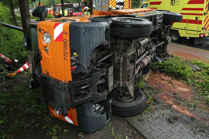 Der Kleinlaster liegt auf der Seite. Der Verkehr wird um die Unfallstelle herum geleitet.