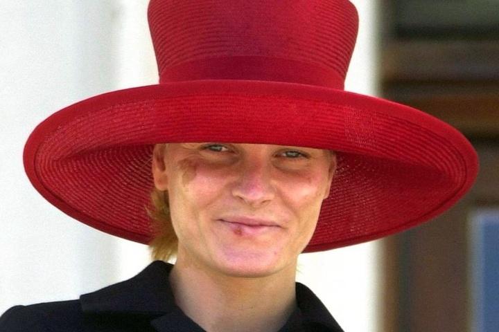 Mit Spuren schwerer Hautverbrennungen im Gesicht zeigt sich Norwegens Kronprinzessin Mette-Marit am Nationaltag der Norweger, 17. Mai 2002, auf dem Balkon des Königspalastes in Oslo. Sie hatte ihre Verletzungen bei einem Freilicht-Interview erlitten.