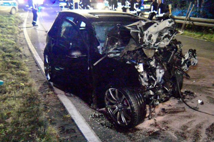 Der Fahrer (20) war mit seinem Wagen aus bisher ungeklärter Ursache in den Gegenverkehr geraten.