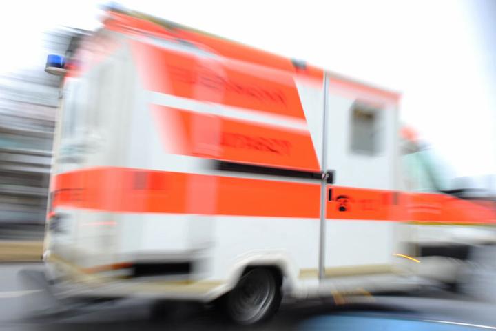 Mit einem Rettungswagen wurde der Verletzte in ein nahes Krankenhaus eingeliefert (Symbolfoto).