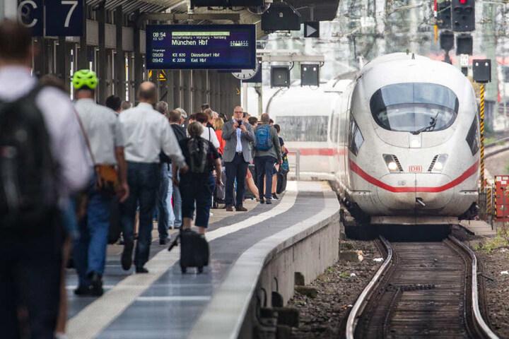 Das Foto zeigt den Tatort – das Gleis 7 im Frankfurter Hauptbahnhof – einen Tag nach der tödlichen Attacke.