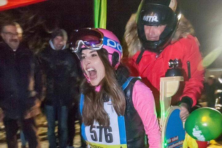 """17 Uhr startet das """"Hitschen-Rennen"""" in Annaberg. Auch MDR-Jump-Moderatorin Sarah von Neuburg (35) zeichnete bei der Gaudi schon ihre Spuren in den Schnee."""