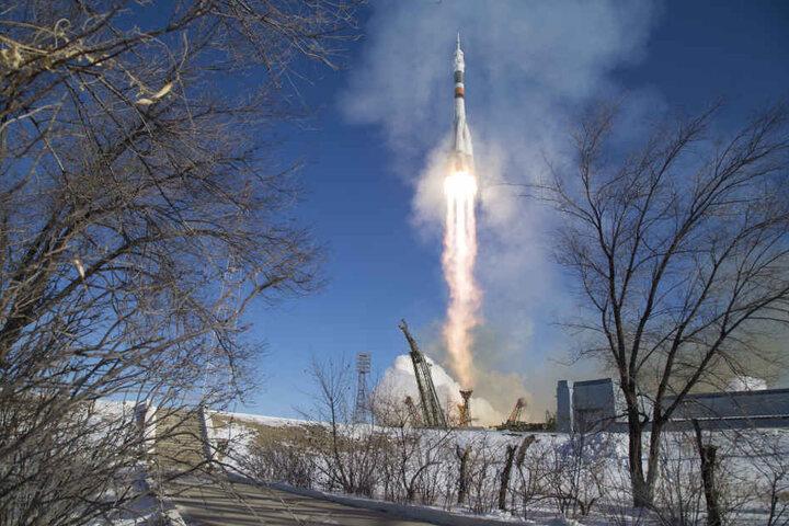 Eine Sojus-Rakete startet in Baikonur (Kasachstan) ihren Flug zur Internationalen Raumstation ISS. An Bord sind drei Astronauten.