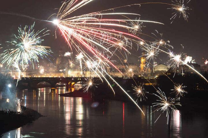 Feuerwerk explodiert in der Silvesternacht über der Dresdner Altstadtkulisse.