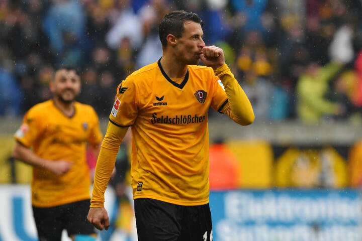 """Philip Heise mit dem """"Schnullerjubel"""" nach seinem zweiten Tor für Dynamo."""