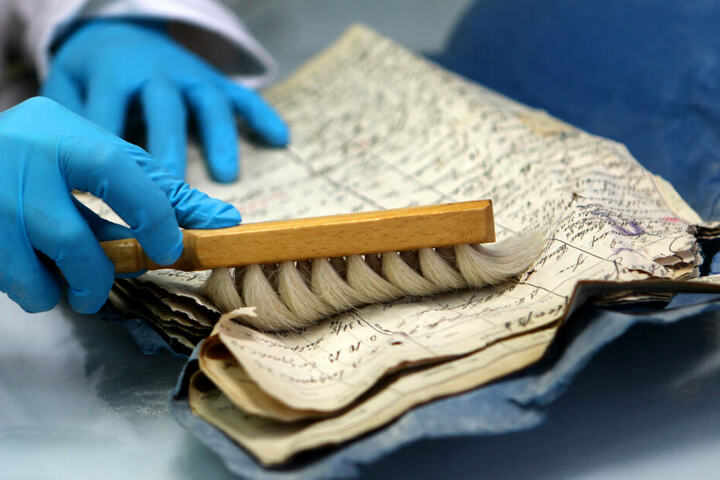 Das Archiv-Material wird seit Jahren vorsichtig wieder hergerichtet.