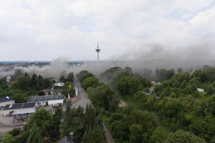 Der Rauch zieht auch über Wohngebiete, deswegen sollten Anwohner Fenster und Türen schließen.