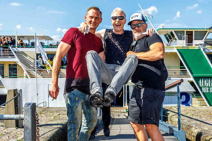 """""""Love Boat""""- Chef Ralf Koppetzki begrüßt persönlich den wieder gesunden Multi-Unternehmer Wolle Förster."""