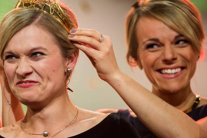 Ob die Neue auch so ein verschmitztes Gewinnerlächeln wie Carolin Klöckner (l.) drauf hat?