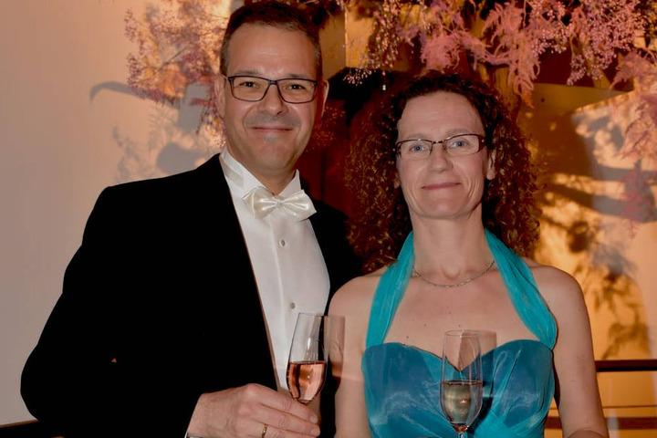 Intendant Dr. Christoph Dittrich genießt mit seiner Frau ein Glas Sekt.