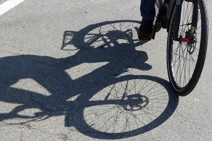 Weil ihr ein Auto offenbar zu nahe kam, verlor die 79-Jährige das Gleichgewicht und stürzte schwer. (Symbolbild)