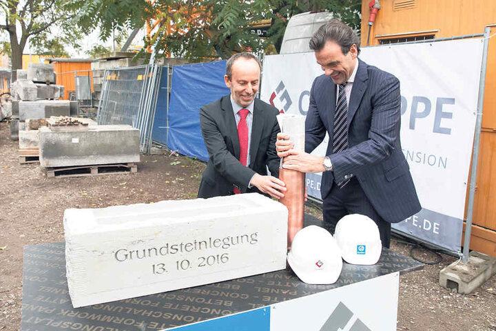 Gestern versenkte Christoph Gröner (48, rechts) die Zeitungen im Grundstein  für das Bauvorhaben.