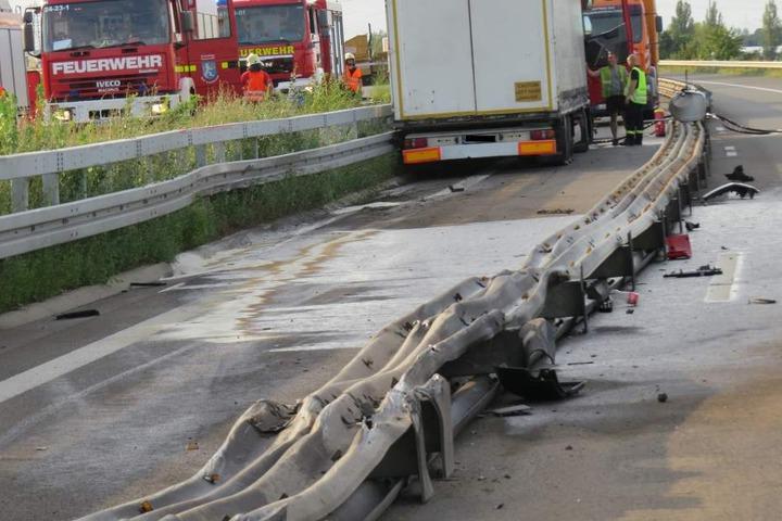 Rund 150 Meter der provisorischen Fahrbahntrennung hat der Lkw durch den Unfall beschädigt.