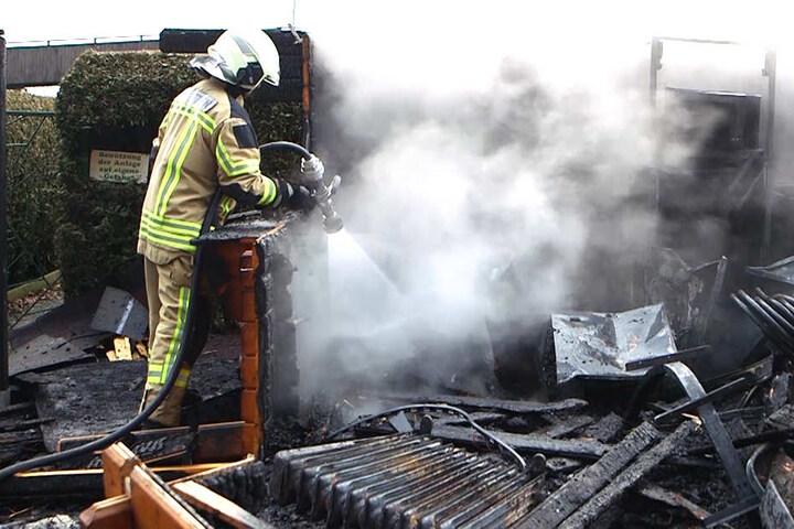 Feuerwehrleute mussten die Flammen löschen.