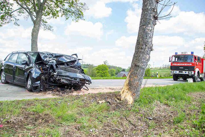 Die Audi-Fahrerin kam aus noch ungeklärter Ursache von der Fahrbahn ab und kollidierte frontal mit einem Baum.