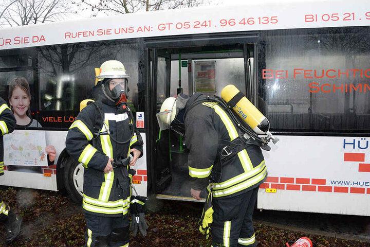 Mit Atemschutzmasken mussten die Feuerwehrleute in den Bus.