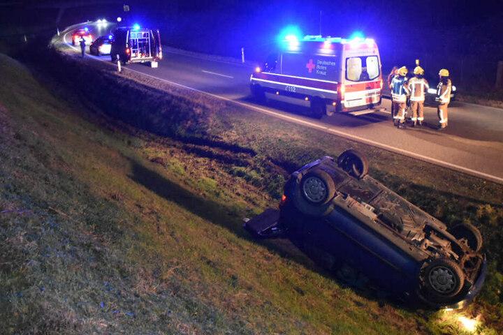 Rettungskräfte gehen an der Unfallstelle ihrer Arbeit nach.